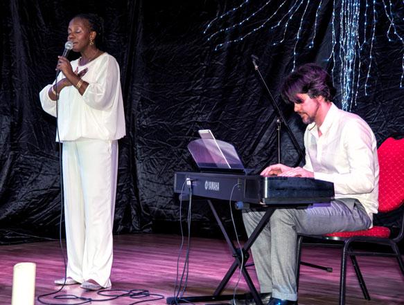 Event Foto Sängerin mit Pianist auf einer Bühne